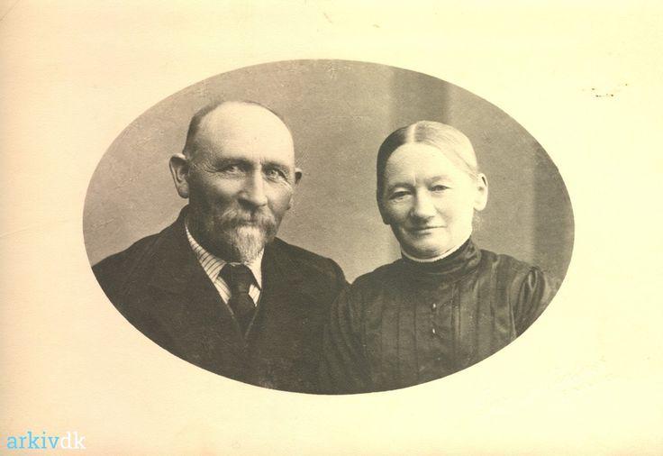 arkiv.dk | Portræt af Peder Madsen Thomsen Kjøbmand og hustru Kirstine Jensen Langer. ca. 1930
