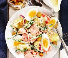 Superfräsch och snabblagad tonfisksallad med matiga ingredienser som potatis, ägg, haricot verts, tomater, lök och oliver med pimiento. I salladen finns dessutom goda smaksättare som dijonsenap, vitvinsvinäger och gräddfil, vilket blir till en ren fest för smaklökarna! Mums!
