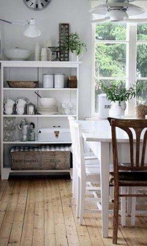 Leuke open brocante boekenkast in de keuken met servies! de witte brocante eettafel en oude brocante stoelen maken de sfeer af! Kijk bij www.old-basics.nl voor vergelijkbare kasten, tafels, stoelen, houten kisten, emaille en meer!