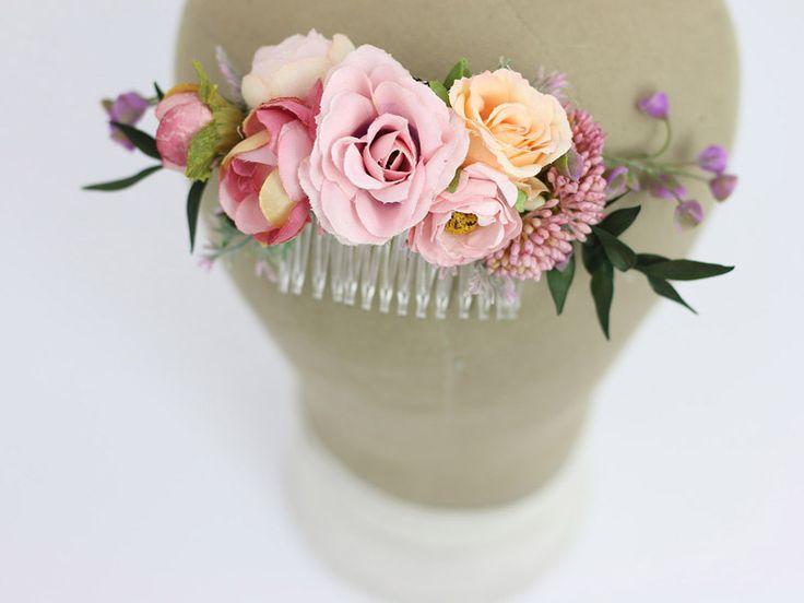 Ślubny grzebyk do włosów w pastelowych odcieniach. Idealny dodatek do ślubnej fryzury przez cały rok :)  Dostępny w butiku ślubnym online Madame Allure!