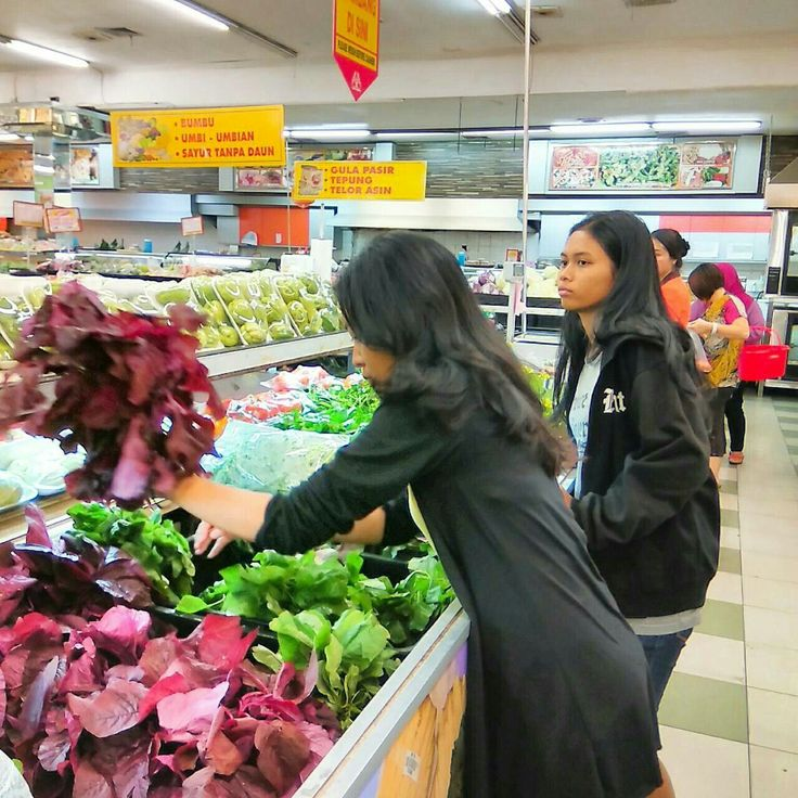 Looking for vegetables with my friend that not like vegetables. Haha 😆