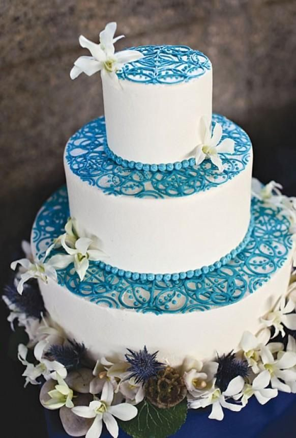 Original tarta de boda en blanco y azul
