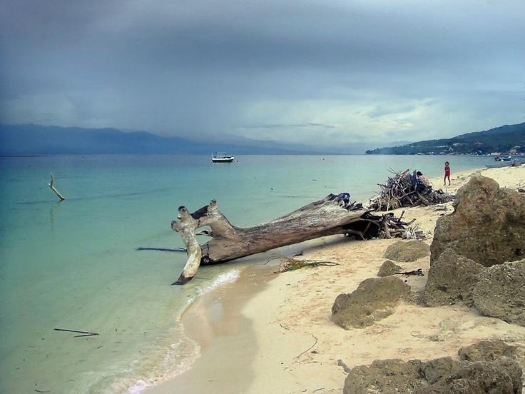 Une mer d'huile dans le « fjord équatorial » de Palu sur l'île indonésienne de Sulawesi sur http://www.tripalbum.net/sulawesi/