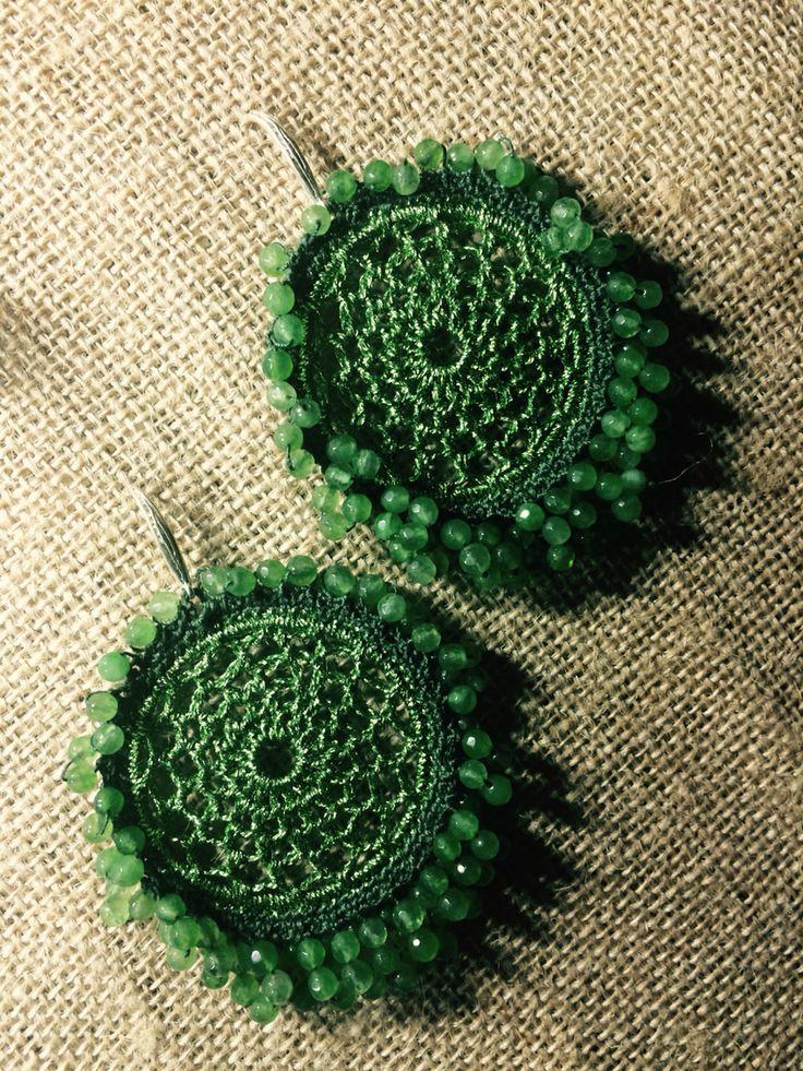 Orecchini realizzati con uncinetto, filo di cotone, argento e agata verda