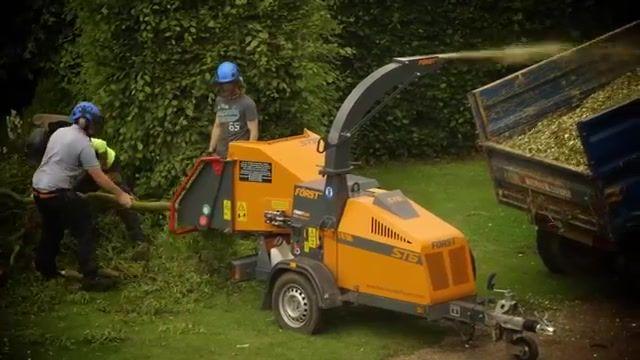 Bien pratique pour les travaux de jardinage et d'extérieur, le broyeur de branches et de végétaux vous permet de réduire significativement la quantité de déchets issue de vos activités. En effet, l'élagage des haies, la coupe de branches des arbres fruitiers ou l'entretien des espaces verts voient s'accumuler des déchets souvent encombrants et difficiles à évacuer. Pour limiter la place occupée par ces derniers, un broyeur professionnel est alors tout indiqué.