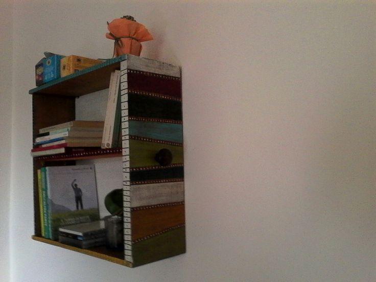 vecchio cassetto trasformato in ripiano-libreria da appendere