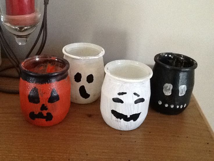 Voici nos lanternes d'halloween réalisées avec E. Et mon fils de 3 ans et demi... ils ont peint des petits pots en verre Une fois sec, j'ai rajouté des yeux et des bouches , vernis le tout car nous avons utilisé de la peinture gouache, cela tiens moins...
