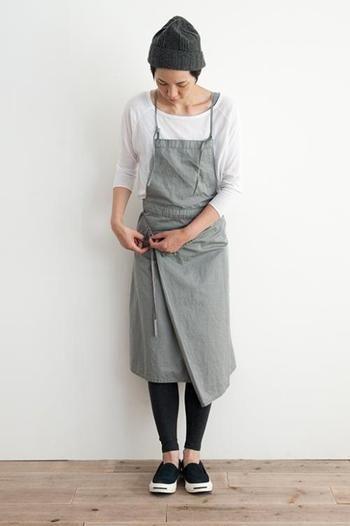 リネンの光沢とこなれた加工が施されたサロペットスカート。巻きスカートタイプのアシンメトリーなデザインが素敵♪胸当て部分を内側に折り込めば巻きスカートになります。