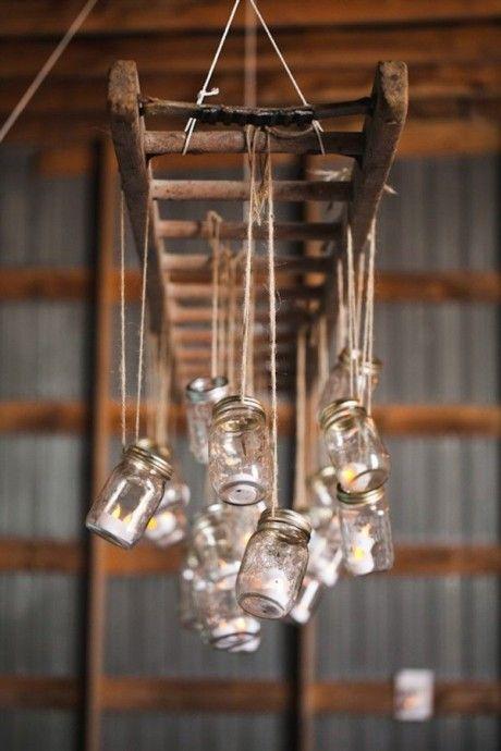 Escabeaux et échelles au sol, peuvent servir, mais au plafond, y auriez-vous pensé ? C'est une idée originale mais terriblement efficace. Pendez donc au plafond une belle échelle de bois brutes et accrochés à chaque barres des décorations en accord avec votre thème. Quelques photophores pour une ambiance romantiques ? Des pompons aux couleurs punchys pour un mariage estival ou quelques papillons pour un mariage romantique ? A vous de voir !