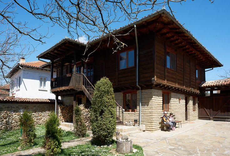 Къща за гости Малката Аркадия е построена във възрожденски стил, в сърцето на Балкана. Разполага с две двойни и две тройни стаи в битов стил, салон за отдих, сателит, сауна, джакузи, басейн, малка механа с камина, барбекю.