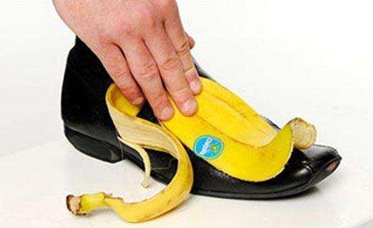 Polimento de sapato com banana - O modo tradicional de polimento pode ser tóxico. A graxa pode causar irritação nos olhos e pele. Uma alternativa é usar a casca da banana p/ polir o sapato. O potássio e os óleos que a compõem preservam o sapato do mesmo modo que um polimento tradicional. A diferença é que, além de não ser tóxico e ser mais ecológico, usar a casca reduz o desperdício da fruta. Basta esfregar a parte interior dela contra a superfície do sapato e depois lustrar c/ um pano…