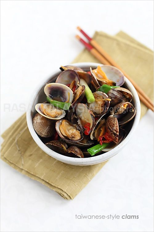 Taiwanese-style Clams recipe - Stir-fried with the basic Chinese seasonings of oyster sauce, soy sauce, sugar, rice wine, and infused with the spiciness of fresh red chilies, these clams retain the original briny sweet taste. #clams #seafood #taiwanese