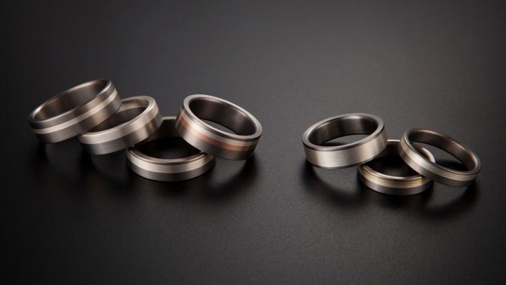 skupinka snubních prstenů - titan, žluté, bílé, oranžové a červené zlato, stříbro