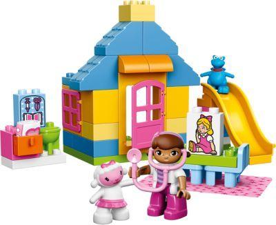 Sei dabei, wenn Doc McStuffins erkranktes oder verletztes Spielzeug in der Gartenklinik (LEGO-Nr.: 10606) behandelt! <br /> <br /> Die kleine Gartenklinik hat geöffnet und die Sprechstunde beginnt! Hilf Doc McStuffins und ihren besten Freunden Lambie und Stuffy bei der Behandlung des Spielzeugs! Leider ist nicht immer alles Friede, Freude, Eierkuchen und auch Spielzeuge werden krank. Susie Sunshine zum Beispiel hat es erwischt und deshalb hofft sie auf Doc McStuffins schnelle Hilfe, damit…