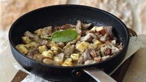Λαχταριστά λουκάνικα και πατάτες στην κατσαρόλα