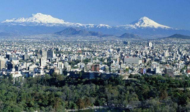 Santiago de Chile, la capital del pais, rodeado de la cordillera de los andes y de la cordillera de la costa