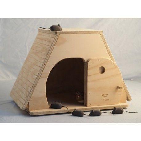 Cuccia Keope Indoor - Taglia XL - Blitzen La cuccia Cuccia Keope Indoor - Taglia XL è ideale per gatti di media taglia (peso indicativo fino a 4 kg) e per cani di piccola corporatura.  Misure:  altezza cm 38, larghezza cm. 57, spessore cm. 38, la porticina applicata è fissa ed è alta 24 cm. e larga 20, spessore 1,5 cm - viene consegnata già montata.  E' possibile personalizzare la cuccia gratuitamente con il nome del proprio animale