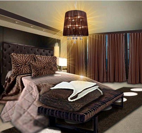 Tête de lit recouvert de tissu et capitonnée / Encadrement pour la tête de lit / Lustre / Rideaux / Structure du lit