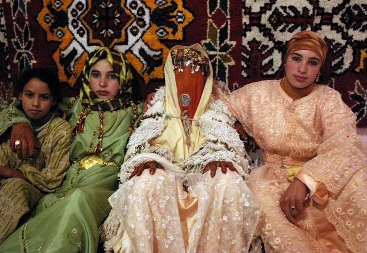 MAROCCO - La sposa marocchina cambia l'abito per tre volte. Il primo è fatto di pizzo bianco, ornato d'oro e può comprendere il velo. Gli altri le vengono prestati: sono molto vistosi e riflettono la religione alla quale appartiene la sua famiglia. Il matrimonio marocchino dura almeno tre giorni. Durante tutto il periodo la sposa è assistita dalla ngafa (una donna anziana) che cercherà di valorizzare la sua bellezza