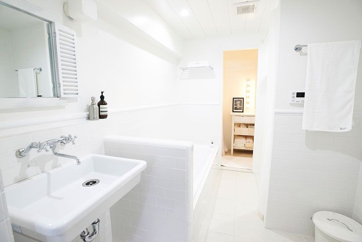 シャワーブース、バスタブ、洗面台、トイレを一室に収め、外国のホテルのような雰囲気なバスルームとなりました