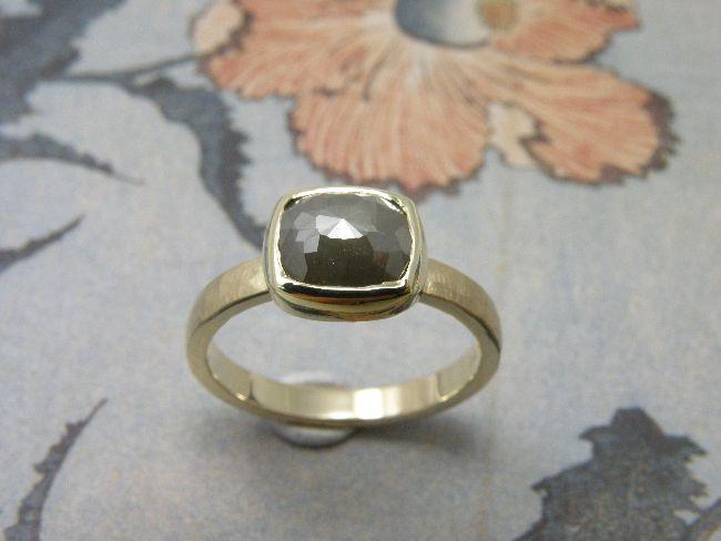 * gemstones and pearls | oogst-sieraden * Ring * Geelgouden ring met hamerslag en kussenvormig roosgeslepen natuurlijk olijfgroene diamant * Ter ere van verloving * Maatwerk *
