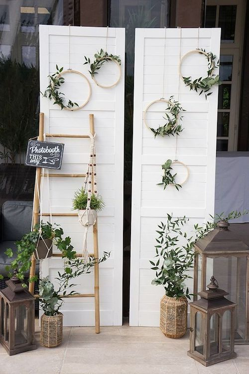 Organizing a festive evening is a task that can not be improvised. Every detail counts. Look at what a leaning ladder, mini wreaths and a refurbished door can do! #wedding #aesthetic