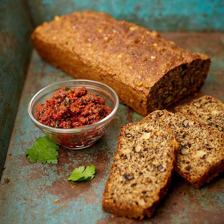 Dit stevige zaden-notenbrood van power foodie Rens Kroes bevat zaden en noten en is heerlijk in combinatie met verschillende soorten beleg. Zin in een hartige touch, smeer er dan wat tapenade op. 1 Verwarm de oven voor op 180 °C. Klop de eieren...