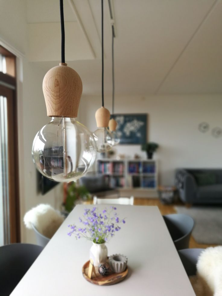 Trend Die Lampe in Form einer Gl hbirne mit einer Fassung aus Holz ist mit einer