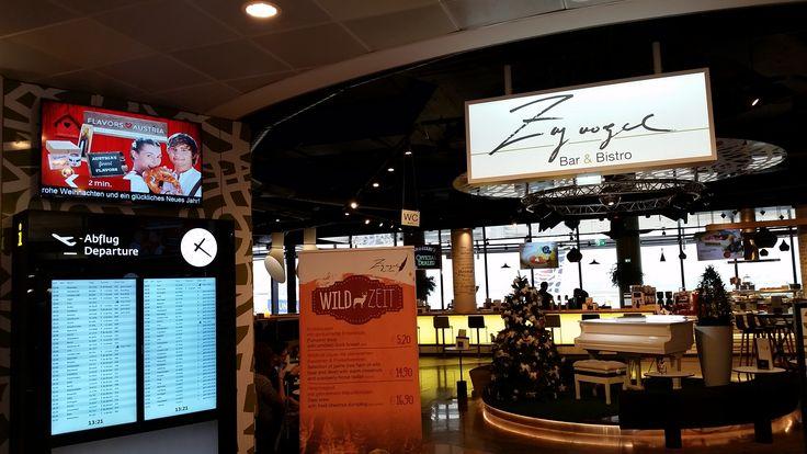 """An beiden Seiten des Eingangs zum """"Zugvogel"""", dem wohl schönsten Lokal am Wiener Flughafen, informieren nun zwei neue 55"""" Screens - gemeinsam mit dem 60 Zöller im Lokal - über das reichhaltige Angebot. Die benutzerfreundliche #PROMOtainment #Software steuert dabei die Wiedergabe der entsprechenden Bilder, Videos und #Lauftexte - je nach Tageszeit - zur gezielten Bewerbung von Frühstück, saisonalen Highlights und Einkaufsmöglichkeiten im Umfeld."""