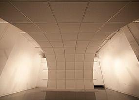 © Andréanne Abbondanza-Bergeron, Suspensus, 2015. Plafond suspendu de tuiles acoustiques, cable méta