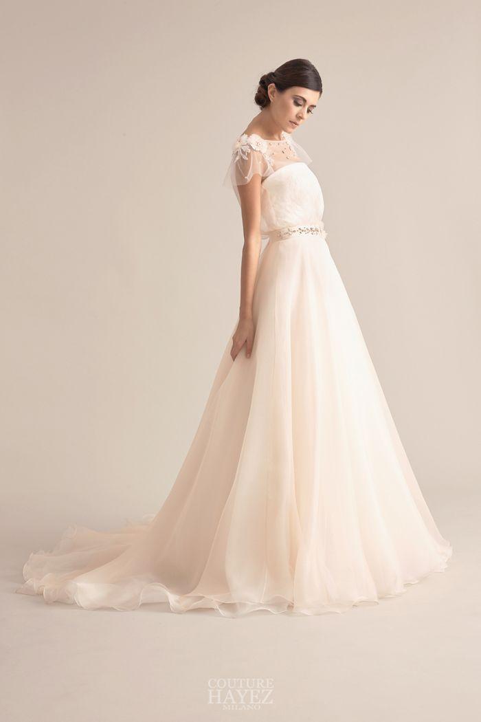 Un abito da sposa in stile principessa con l ampia gonna in organza ... 1ebff1bf4b6