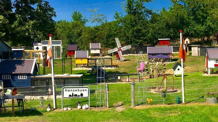 Hønsebyen er en hel by af høns og over 30 hønsehuse. Her kan man få inspiration til et lille hønsehold i baghaven. Besøg den flotte udstilling.