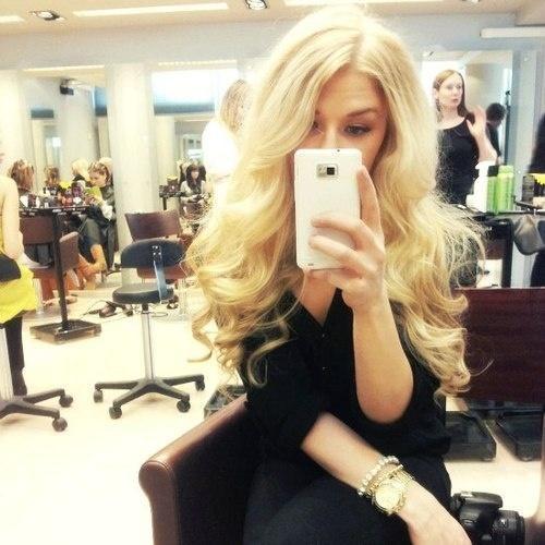Omg the curls I wish I had her hair