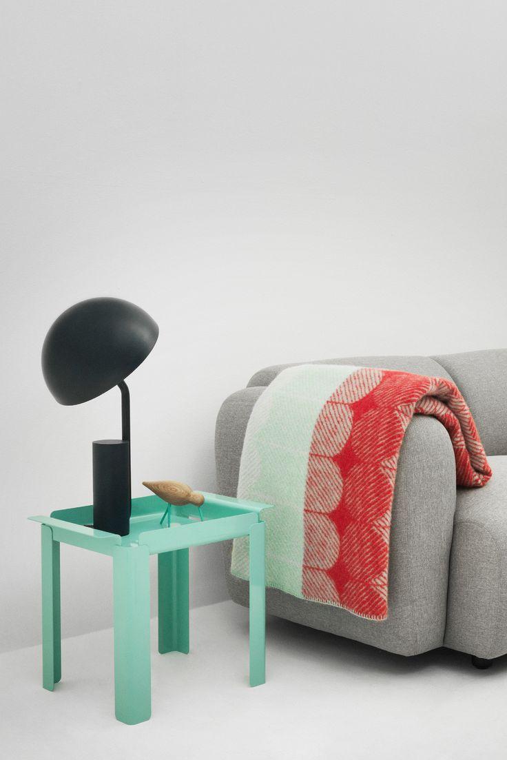 Box Table fra Normann Copenhagen, designet af Peter Johansen. Dette elegante og stilfulde bord i stål kan anvendes talrige steder i dit hjem. Bordpladen der har form som en bakke, gør det nemt at rykke bordet rundt i dit hjem.