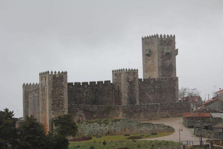 O concelho do Sabugal, um dos mais extensos concelhos portugueses em termos de área, tem cinco castelos. Dois deles sempre foram portugueses, os outros três foram conquistados aos leoninos por D. Dinis