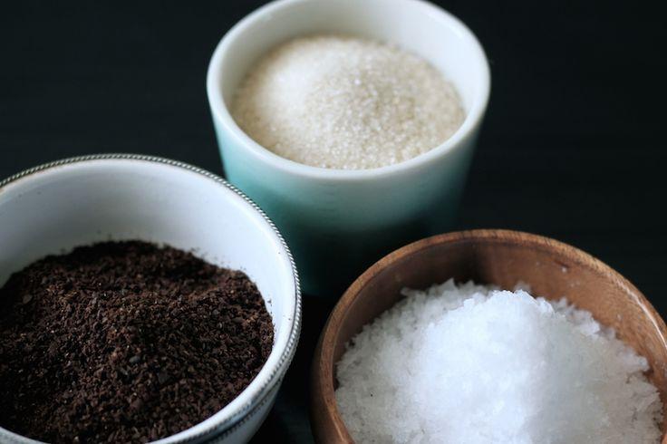 Kaffescrub Kaffe skulle efter sigende indeholde antioxidanter,dersammen med koffeinen hjælper medat frigive affaldsstoffer ikroppen.Denne scrub er meget enkelt. Malet kaffe blandes med din favoritolie.Jeg kan godt lide at bruge hampefrøolie til den her, da den ikke er så fed i konsistensen og derfor efterladerhudenperfekt efter badet uden følelsen af at være helt fedtet til. Såaltså, …