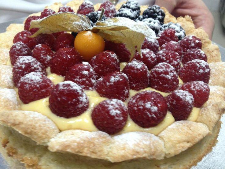 una torta fresca, morbida e, direi, femminile! Una dacquoise alle mandorle con frutta fresca di stagione.