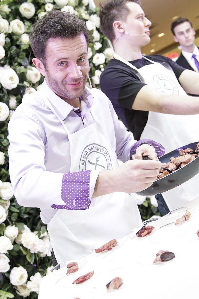 Przemysław Cypryański oraz przegotowana przez niego potrawa. Wygląda naprawdę apetycznie! #galeriamokotow #galmok #meskiegotowanie #PrzemyslawCypryanski #RafalBrzozowski #dzienkobiet #event #gotowanie #kuchnia
