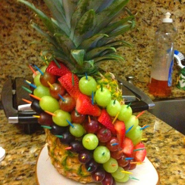 sehr originelle idee für obst dekoration mit ananas und anderen früchten