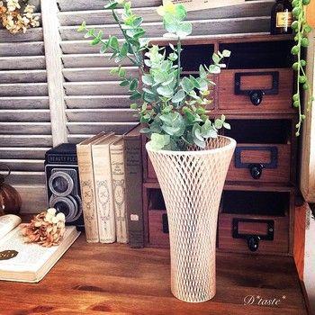 「組子細工」で出来た花器。日本に古くから伝わる手仕事の一品を取り入れることで、たちまち洗練された和モダンな雰囲気に。