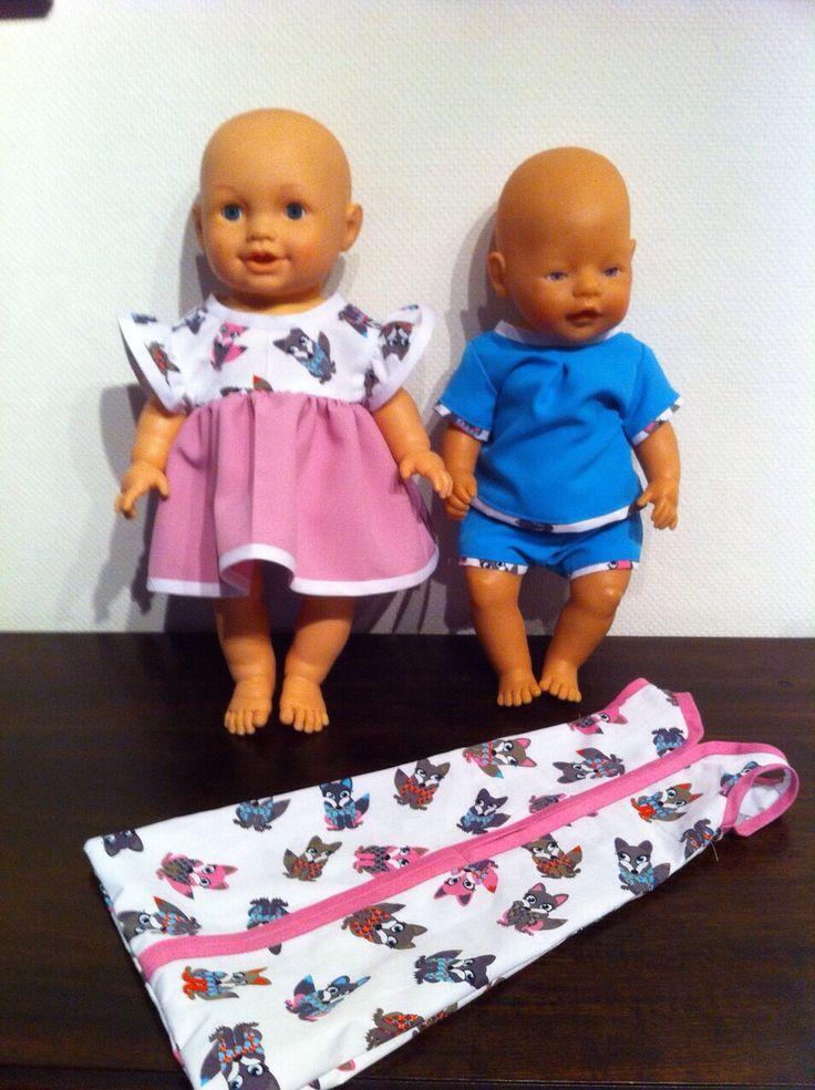 Met deze zelfgemaakte poppenkleertjes is de poppenhoek helemaal af!   Voor bestellingen ga naar www.poppenparade.nl  Jurkje en pakje met bijpassende slaapzak