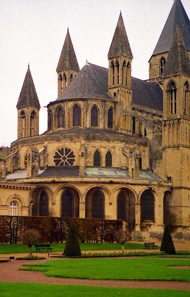 abbaye de Caen la circulation des pèlerins et l'accès aux reliques ou à la crypte sont facilités par de nouveaux aménagements : larges déambulatoires et bas-côtés, tribunes (Normandie), chapelles rayonnantes sur le transept ;