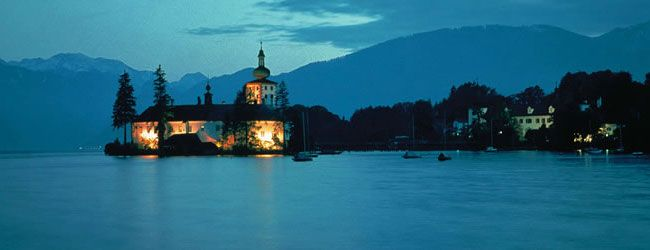 Meren in Oberösterreich - Een van de bekendste meren in Oberösterreich is natuurlijk de Attersee. Dit bijna 47 km² grote turquoiseblauwe meer is vooral bij de internationale zeilers bekend. De 'Rosenwind' garandeert boot- en surfliefhebbers veel plezier, maar ook duiken en waterskiën zijn hier geliefde bezigheden.  Een slot aan de Traunsee, Oberösterreich © Österreich Werbung / Porizka