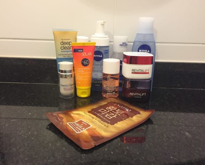 Segue a lista de produtos que usamos, composta por produtos que eu já tinha em casa (marcados com asterisco) e as opções mais baratas da farmácia visitada um dia antes do desafio.Demaquilante bifásico da Nivea* - R$ 24,90 aquiMousse de limpeza da Nivea* - R$ 25,90 aquiEsfoliante facial uso diário Neutrogena - R$ 30,90 aquiTônico Facial da Nivea - R$ 27,90 aquiBio Oil* - R$ 25,90 aquiSérum Antissinais Q10 Nivea - R$59,73 aquiMáscara Facial de Pepino Acaci* - R$ 8,50 aquiDerma Gênese Contorno…