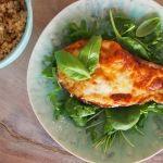 Dit is een heerlijk, gezond en makkelijk gerecht. Mijn kindjes vinden het lekker met pasta, maar ik eet dit gerecht het liefst met een rucola-salade of een bulgursalade.Wat heb je nodig:(voor 2 personen)2 aubergines4 ontvelde, in blokjes gesneden tomaten2 teentjes knoflook2 sjalotjesrucolajonge spinazieblaadjesbasilicummozzarellaParmezaanse kaaspeper en zout naar smaakchilivlokkenBereiding:Verwarm de ovenvoor ...