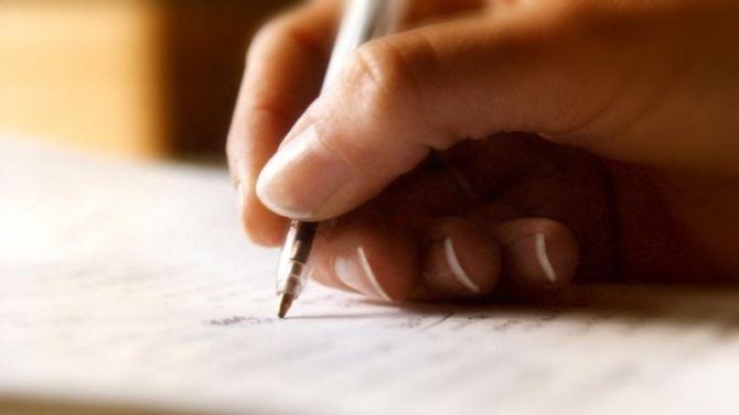 Le dossier de candidature «papier» est encore très courant même si la recherche d'emploi sur internet s'est démocratisée. Au moment de rédiger votre lettre de motivation, vous avezcertainement hésité entre les deux choix suivants:1. Faire une lettre manuscrite.2. Faire une lettre imprimée.Objectivement, je pense qu'entre ces deux possibilités, il n'y a pas une méthode meilleure