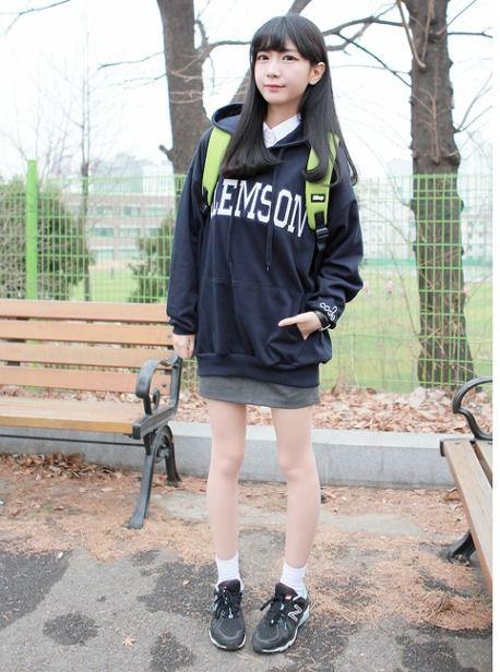 안녕하세요! 페미닌걸입니다.오늘은 계절에 상관없이,교복 이쁘게 입는법에 대한 기초적인편을 준비해봤습니다♬ 가디건부터 자켓등 교복에 어울렸던 아이템과 핏에 대한 내용들로 정리했으니, 교복패션에 참고하시면 좋을것 같네요! 사진의 출저는 불량소녀와 뿌앤뿌 입니다! 1. 셔츠는 라인이 있는게 좋음!::)♥ 요즘에는 교복도 하나의 패션이라, 허리에 라인이 들어간 셔츠가 대세! 특히 이런 셔츠들은 말라보이는데 효과가..