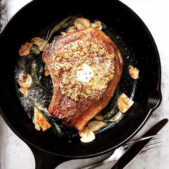 Porkchops  スキレットでジューシーに焼いたポークチョップ、マスタードたっぷり。バターも。レシピはマリクレールのサイトに。  #ポークチョップ #スキレット #スキレット部 #Porkchops #じゅるり