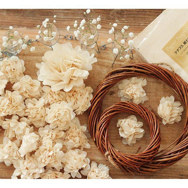 これから結婚式を迎える花嫁さん!《ペパナプフラワー》というものをご存知ですか?♡ 名前の通り、ペーパーナプキンで作られたお花で、本物の生花よりもボリュームがあり、ブライダルシーンを華やかに演出してくれる万能アイテムなのです!作り方も簡単なので、おしゃれ花嫁さんは、ぜひチェックしてみてください♪