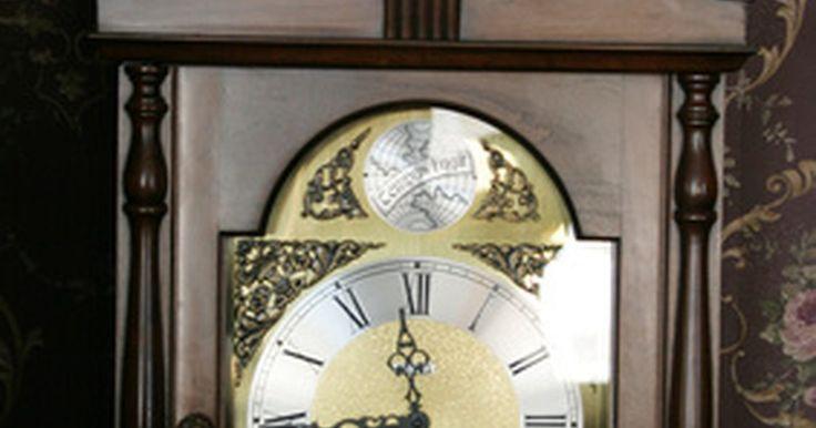 Cómo reparar un reloj de abuelo Tempus Fugit. Los relojes de abuelo Tempus Fugit están hechos como cualquier otro reloj de pie, sólo que son manufacturados en Asia, y no en Estados Unidos o Alemania. Los mecanismos dentro del reloj son los mismos, ya que tienen un péndulo, carillones, carátula, manecillas y mecanismos internos que trabajan en sincronía para que el reloj pueda funcionar ...